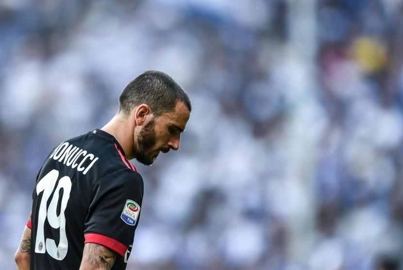 Reaksi bek AC Milan, Leonardo Bonucci pada laga Serie A lawan Sampdoria di Luigi Ferraris, Ahad (24/9). Milan kalah 0-2 pada laga ini.