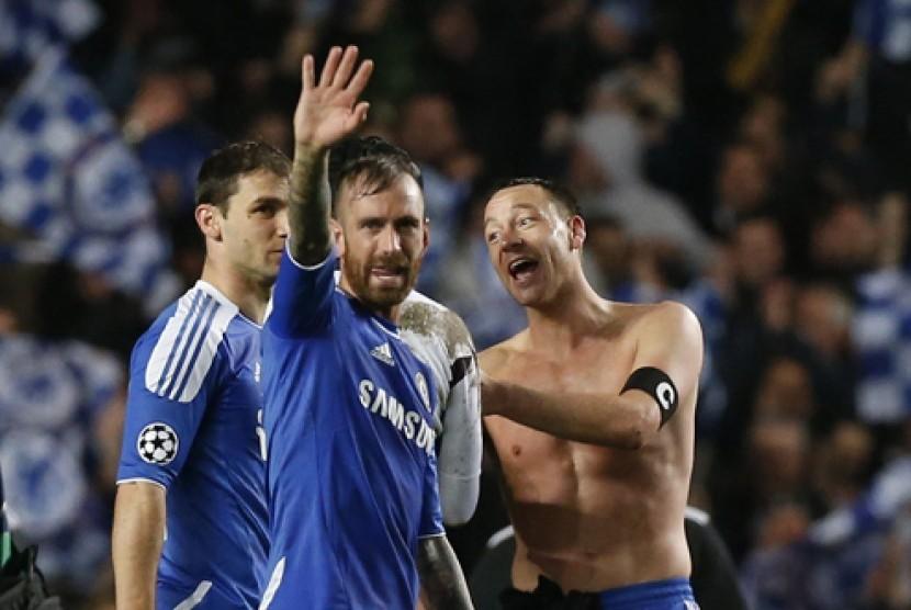Reaksi Bek Chelsea John Terry, kanan, dan Raul Meireles usai menaklukan Barcelona 1-0 di Stadion Stamford Bridge, London, Kamis (19/4/2012) dinihari WIB. (AP Photo/Matt Dunham)