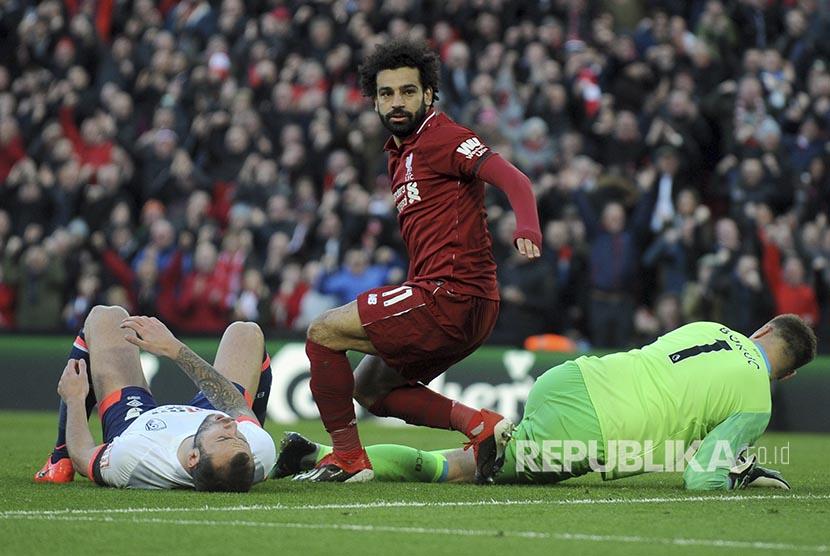Reaksi Mohamed Salah sesaat setelah mencetak gol ke gawang Bournemouth  pada pertandingan Liga Inggris antara Liverpool melawan Bournemouth di Anfield Stadium, Liverpool, Sabtu (10/2).