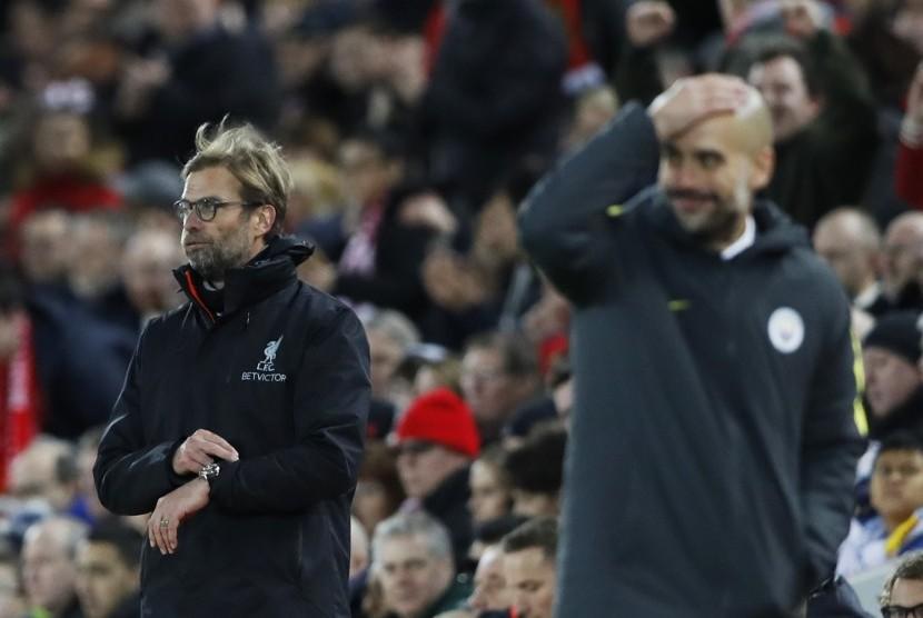 Reaksi pelatih Liverpool, Juergen Klopp (kiri) dan pelatih Manchester City, Pep Guardiola pada laga Liga Primer di Anfield, Ahad (1/1) dini hari WIB. Liverpool menang 1-0.
