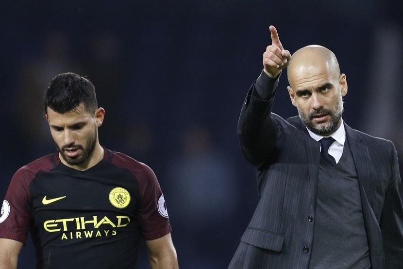 Reaksi pelatih Manchester City, Pep Guardiola (kanan) dan striker, Sergio Aguero seusai laga Liga Primer lawan West Bromwich Albion di stadion the Hawthorns, Sabtu (29/10). City menang telak 4-0 pada laga ini.