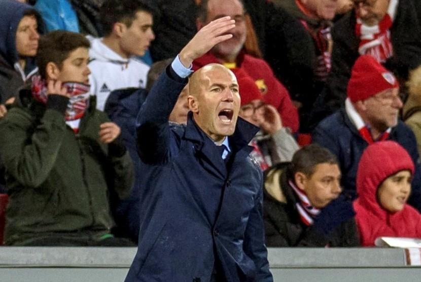 Reaksi pelatih Real Madrid Zinedine Zidane pada pertandingan La Liga melawan Athletic Bilbao di Stadion San Mames, Bilbao, Spanyol, Ahad (3/12) dini hari WIB.