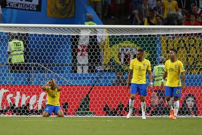 Reaksi pemain Brasil Neymar (kiri) setelah wasit menolak anggapan pelanggaran yang dilakukan pemain Belgia terhadapnya di kotak penalti Belgia, Sabtu (7/7) dini hari WIB di Kazan Arena, Kazan, Rusia.