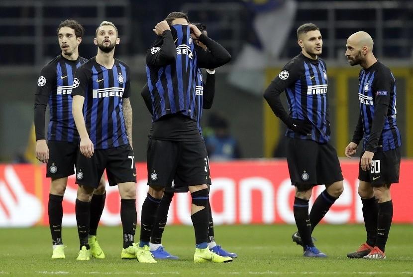 Reaksi pemain Inter Milan usai hanya bermain imbang 1-1 dengan PSV Eindhoven di laga terakhir penyisihan Grup B Liga Champions 2018/2019. Hasil ini membuat Inter gagal melaju ke babak 16 besar
