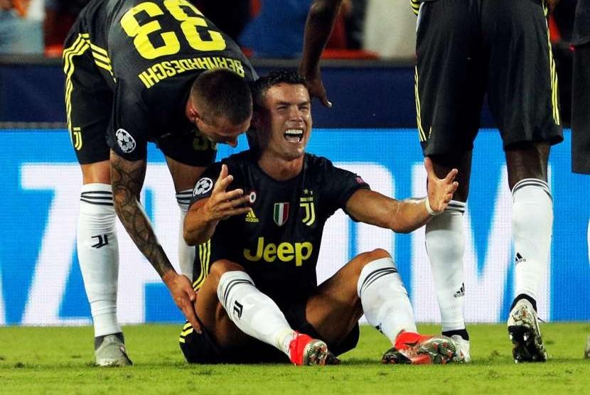 Reaksi pemain Juventus Cristiano Ronaldo usai diberi kartu merah dalam pertandingan Liga Champions antara Valencia melawan Juventus di stadium Mestalla, di Valencia, Spanyol, (20/9).