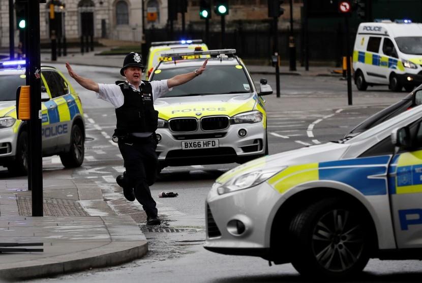 Reaksi seorang polisi London saat insiden penyerangan berlangsung di Jembatan Westminster, London.