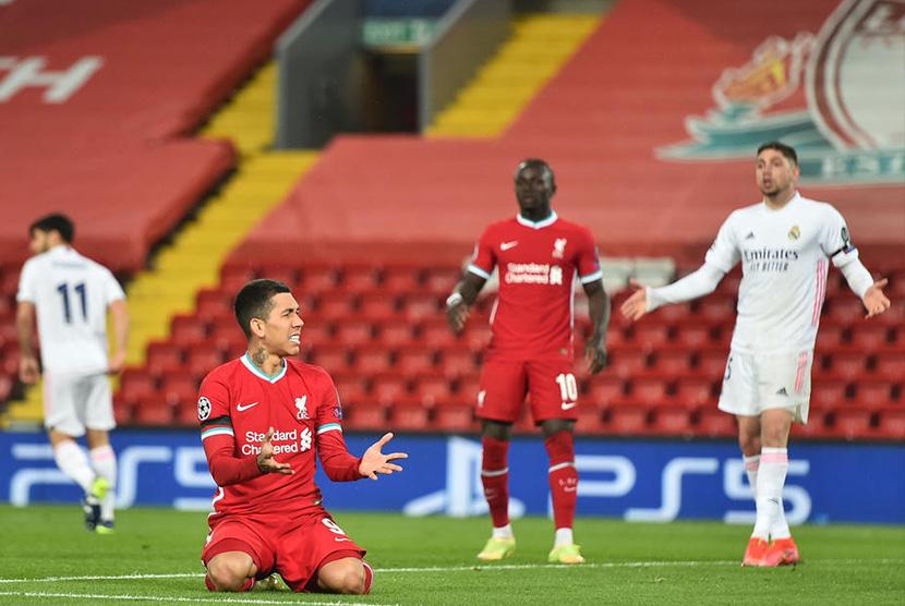 Reaksi striker Liverpool Roberto Firmino saat laga leg kedua perempat final Liga Champions, di Anfield, Kamis (15/4) dini hari WIB.