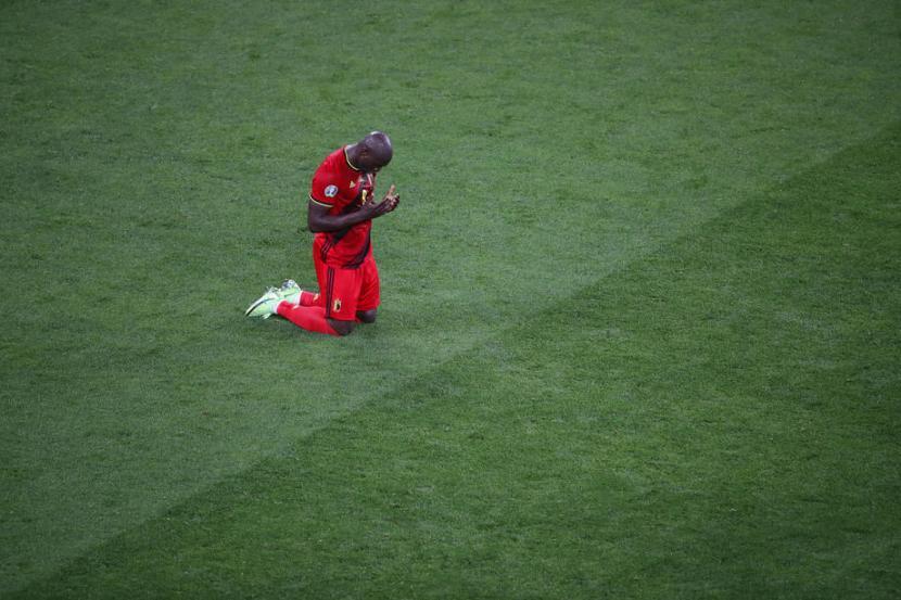 Reaksi striker timnas Belgia, Romelu Lukaku setelah mencetak gol kedua bagi timnya atas Rusia pada babak kualifikasi Grup B Piala Eropa 2020, di Zenit Arena, Saint Petersburg, Ahad (13/6) dini hari WIB. Belgia menang 3-0.