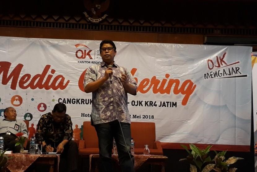 Redaktur Pelaksana Republika.co.id Elba Damhuri memberi pelatihan tentang tantangan media di era digitalisasi informasi kepada wartawan ekonomi Jawa Timur.