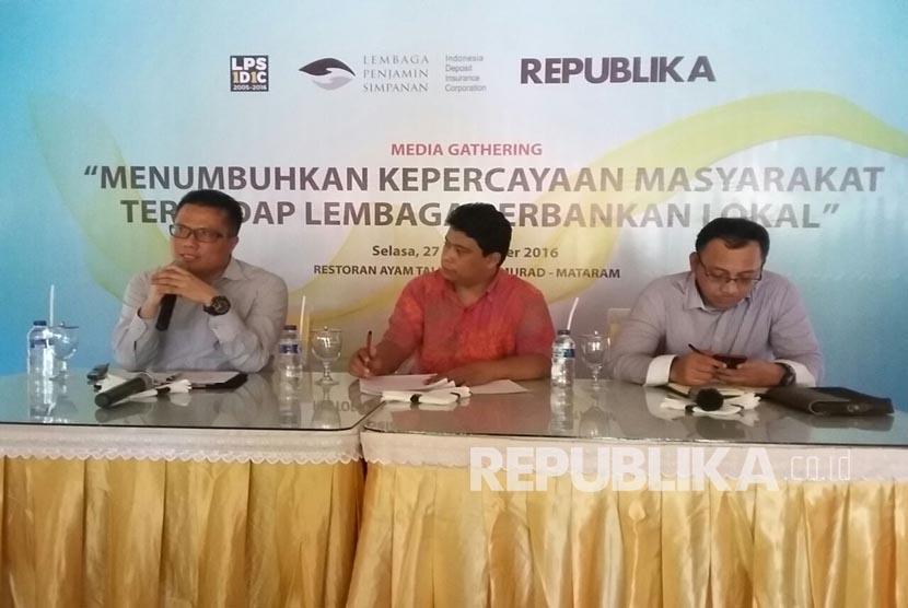 Head of Republika Newsroom Elba Damhuri (middle) was one of the speaker at the deposit insurance program workshop at Mataram, West Nusa Tenggara, Tuesday (9/27).