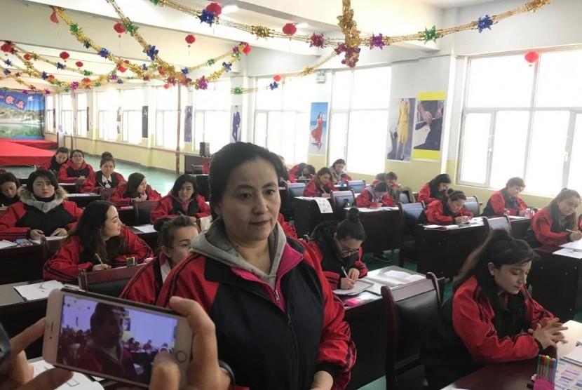 Rehagul, perempuan Uighur di pusat vokasi Kashgar.