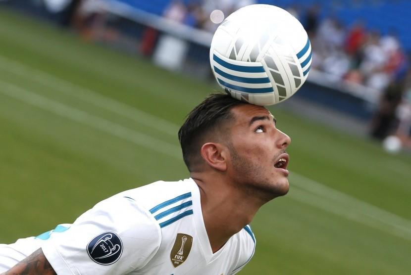 Rekrutan anyar Real Madrid, Theo Hernandez saat diperkenalkan di Santiago Bernabeu, Senin (10/7).