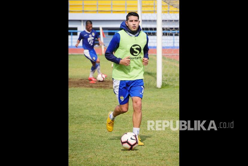 Rekrutan baru Persib Bandung Esteban Vizcarra mengikuti sesi fatihan di Stadion Arcamanik, Bandung, Senin (21/1).