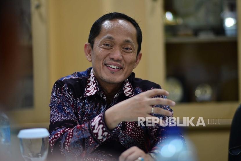 Rektor Institut Teknologi Bandung Prof. Dr.Ir. Kadarsah Suryadi berbicara saat mengunjungi kantor Redaksi Republika di Jakarta, Rabu (7/9).