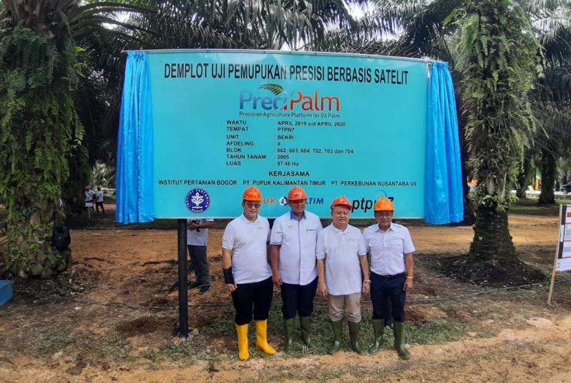 Rektor IPB Arif Satria bersama direksi Pupuk Kaltim dan Perkebunan Nusantara (PTPN) dalam peluncuran uji coba Pertanian 4.0 di demplot Unit Bekri PTPN 7 Lampung, Senin (22/4).