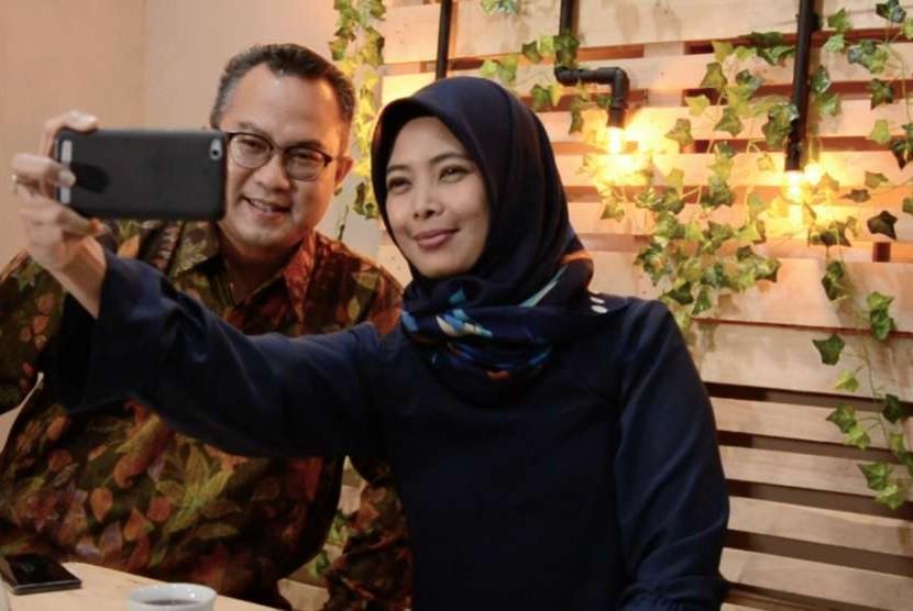 Rektor IPB, Arif Satria berswafoto dengan jurnalis Republika, Yeyen Rostiyani di sela program iMPRESI.