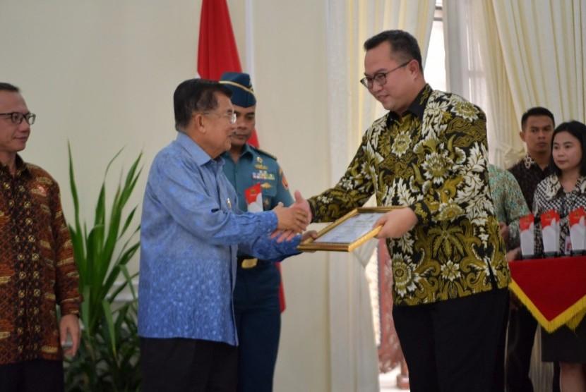 Rektor IPB, Arif Satria (kanan) menerima plakat PTN Paling Informatif Versi Komisi Informasi Pusat yang diserahkan oleh Wakil Presiden Jusuf Kalla.