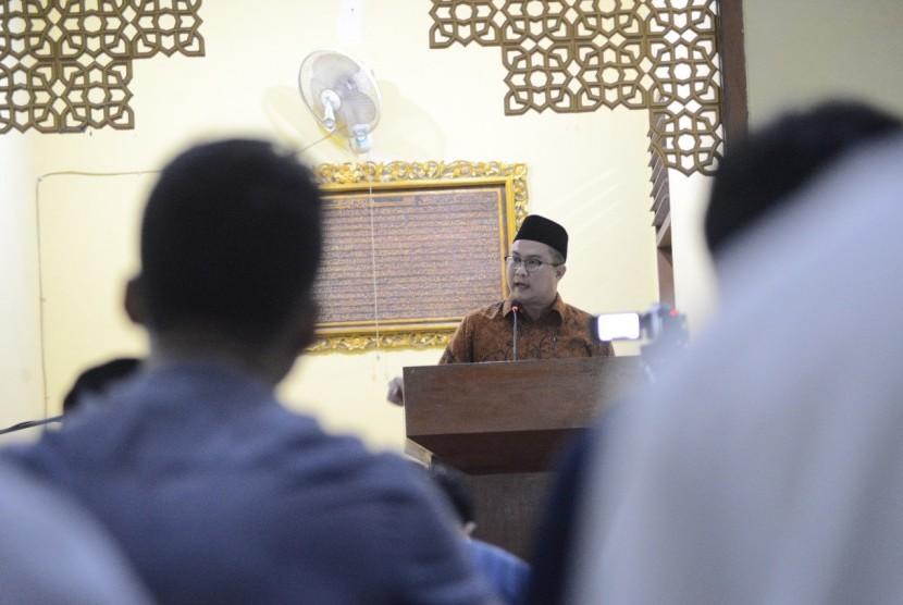 Rektor IPB Arif Satria memberikan ceramah singkat sebelum pelaksanaan shalat Tarawih di Masjid Al-Hurriyyah Kampus IPB Dramaga, Bogor.