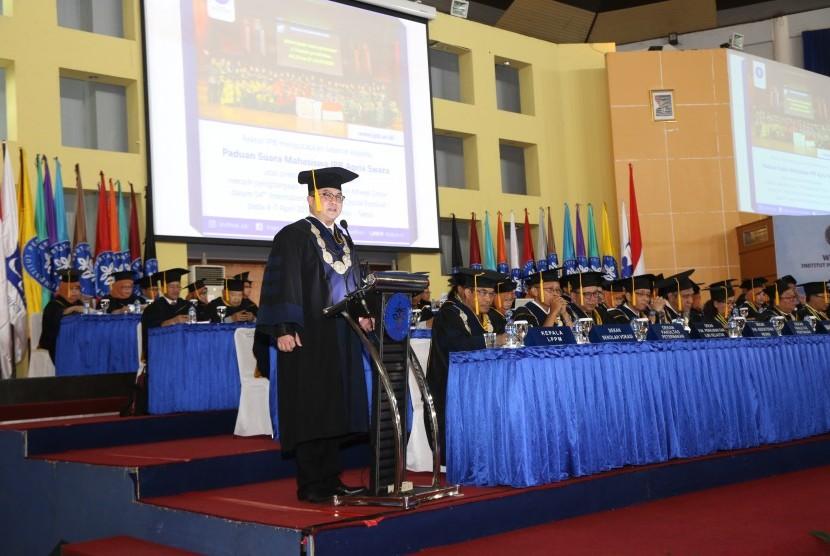 Rektor IPB, Dr Arif Satria memberikan kata sambutan pada wisuda IPB yang digelar di Bogor, Rabu (13/3).