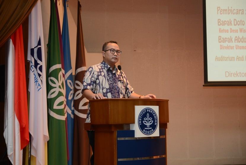 Rektor IPB Dr Arif Satria memberikann pengarahan kepada para calon wisudawan.