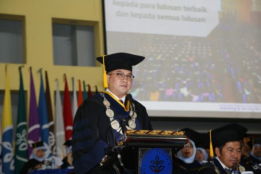 Rektor IPB,  Dr  Ir  Arif Satria saat memberikan sambutan di depan para  wisudawan IPB tahap IV tahun kuliah 2018/2019.