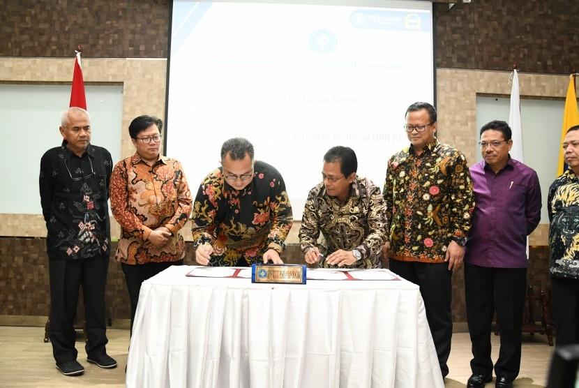 Rektor IPB University, Dr Arif Satria (ketiga dari kiri) dan Sekretaris Jenderal DPR RI, Ir Indra Iskandar  MSi (ketiga  dari kanan) menandatangani MoU.