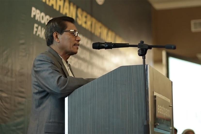 Rektor UAD, Kasiyarno menyerahkan Sertifikat Pendidik Program Pendidikan  Profesi Guru (PPG), Fakultas Keguruan dan Ilmu Pendidikan (FKIP) UAD di  Eastparc Hotel Yogyakarta, Sabtu (6/4). Ada 188 orang yang menerima  sertifikat pendidik ini.