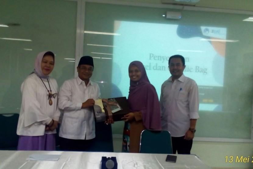 Rektor UAI Prof. Dr. Ir. Asep Saefuddin, M.Sc secara simbolis memberikan santunan kepada anak yatim didampingi Pengelola Yayasan Al Bayyinah Charity Club Ridha Bayyinah,  S. T di kampus UAI Jakarta (13/5).