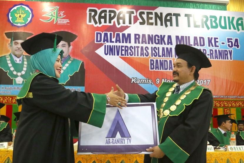 Rektor UIN Ar-Raniry Banda Aceh memberikan penghargaan kepada dosen, karyawan dan mahasiswa berprestasi.