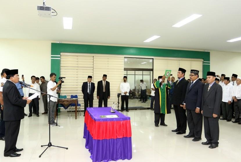 Rektor UIN Ar Raniry Warul Walidin melantik tiga wakil rektor.