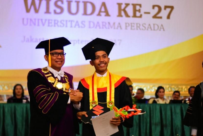 Rektor Universitas Darma Persada (Unsada), Dr. Dadang Solihin, S.E., M.A., dalam Upacara Wisuda ke-27.