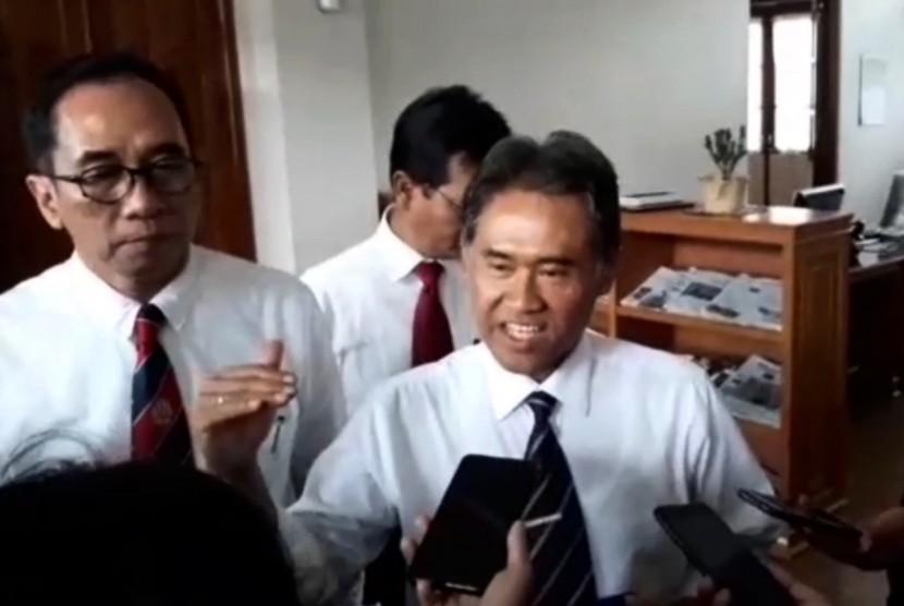 Rektor Universitas Gadjah Mada (UGM), Prof Panut Mulyono (Kanan)