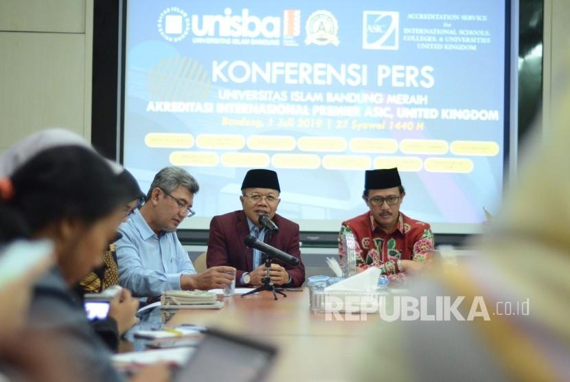 Rektor Universitas Islam Bandung (Unisba) Prof Edi Setiadi menjelaskan tentang Unisba yang telah meraih Akreditasi Internasional Premier Accreditation Service for International School, Colleges & University (ASIC) di Gedung Rektorat Unisba, Kota Bandung, Senin (1/7).