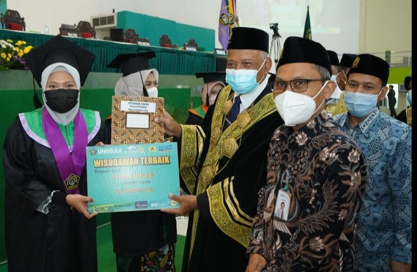 Rektor universitas Islam Sultan Agung (Unissula), Drs Bedjo Santoso MT PhD (kanan) menyerahkan ijazah kepada perwakilan wisudawan terbaik pada pelaksanaan Wisuda ke-82 Unissula. Sebanyak 1.087 lulusan diwisuda yang dilaksanakan secar daring dan luring ini.