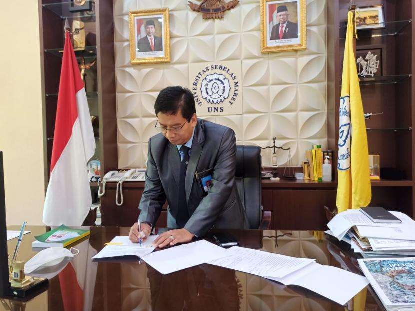 Rektor Universitas Sebelas Maret (UNS) Solo, Jamal Wiwoho, menandatangani naskah kerja sama dengan Bank Indonesia Institute (BI Institute) terkait program Kampus Merdeka di BI Institute, Selasa (29/12). Foto dok Humas UNS
