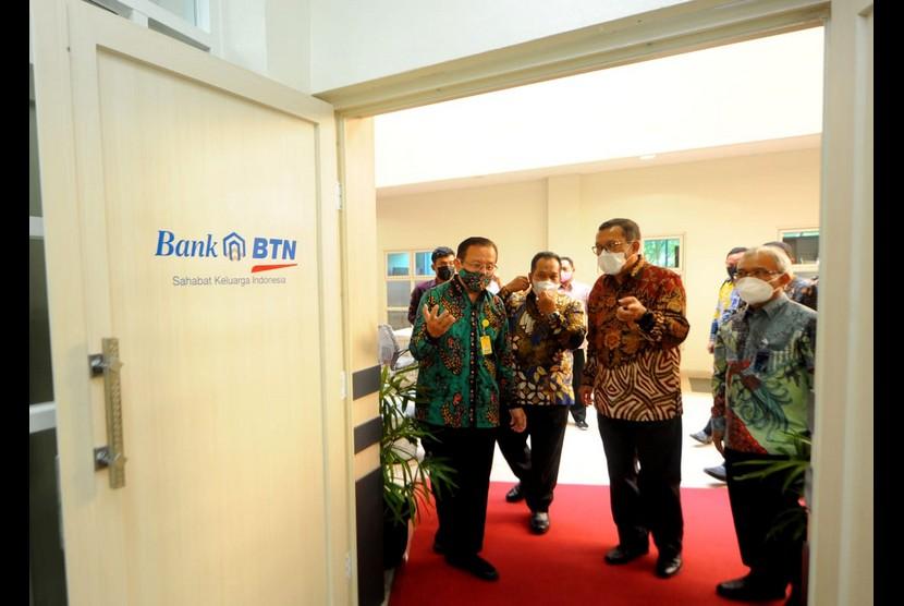 Rektor Unnes Fathur Rochman bersama Direktur Utama Bank BTN Haru Koesmahargyo (kiri) meninjau fasilitas laboratorium digital di Unnes Semarang, Jawa Tengah.