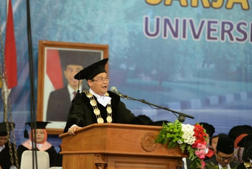 Rektor UNY Sutrisna Wibawa saat memberi sambutan.