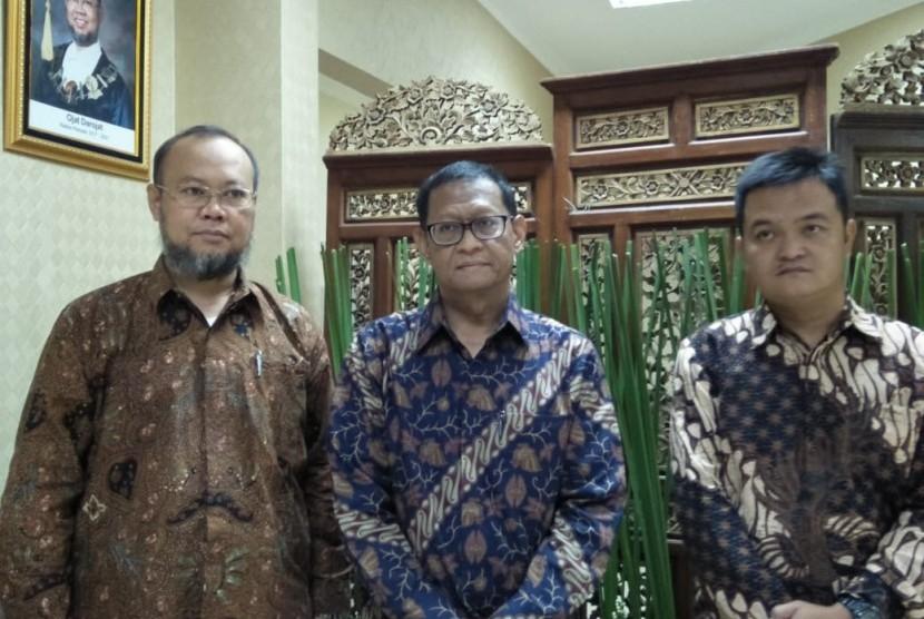 Rektor UT Prof Ojat Darojat (kiri) dan Deputi Bidang Pengembangan dan Pembinaan SDM LKPP Robin Asad Suryo (tengah), di sela workshop 'Tata Kelola Pengembangan UKPBJ Menjadi Pusat Keunggulan Pengadaan', di Universitas Terbuka Convention Center, Tangerang Selatan, Kamis (8/8).