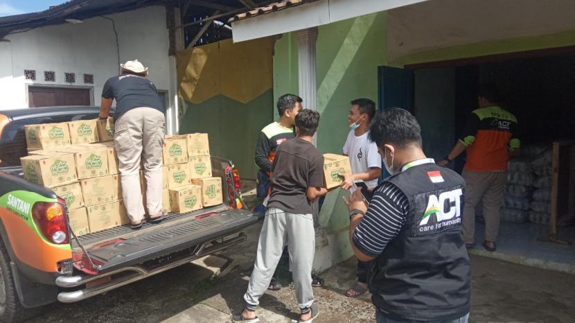 Relawan ACT Malang memberikan bantuan kepada warga yang terdampak gempa di Kabupaten Malang.