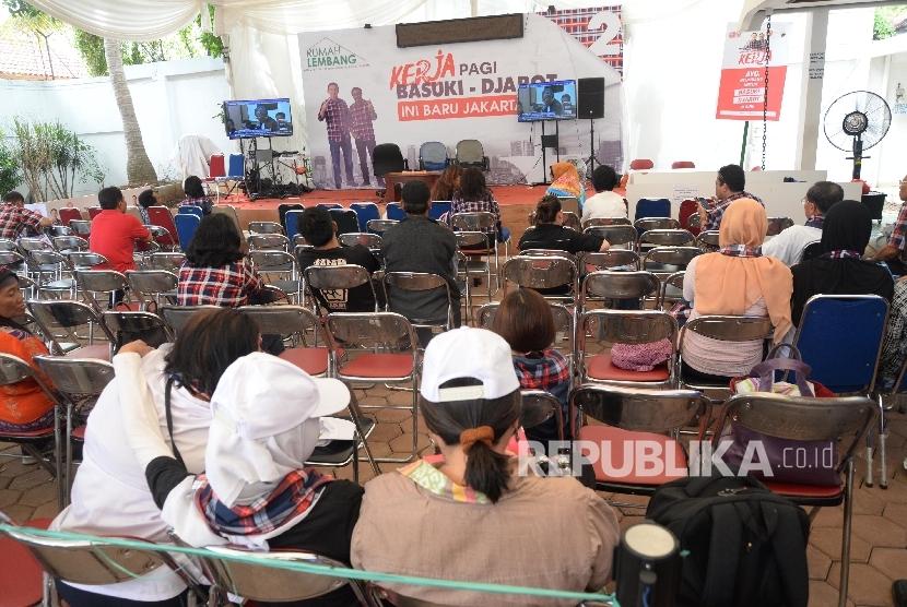Relawan Basuki-Djarot menyaksikan proses persidangan perdana Gubernur DKI Jakarta Non-Aktif Basuki Tjahaja Purnama (Ahok) melaui layar televisi di Rumah Lembang, Jakarta, Selasa (13/12).