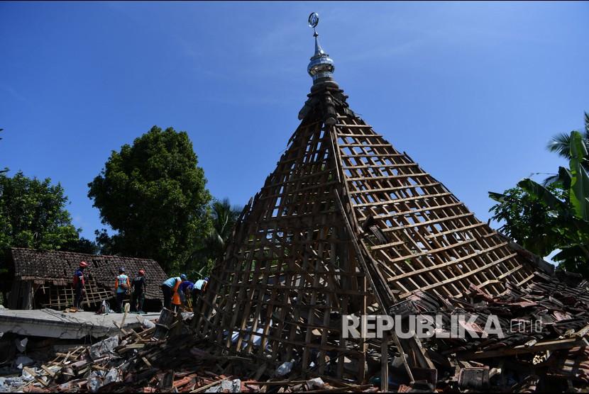 Relawan dan warga berusaha merubuhkan sebuah masjid yang rusak akibat gempa di Desa Kaliuling, Lumajang, Jawa Timur / Ilustrasi