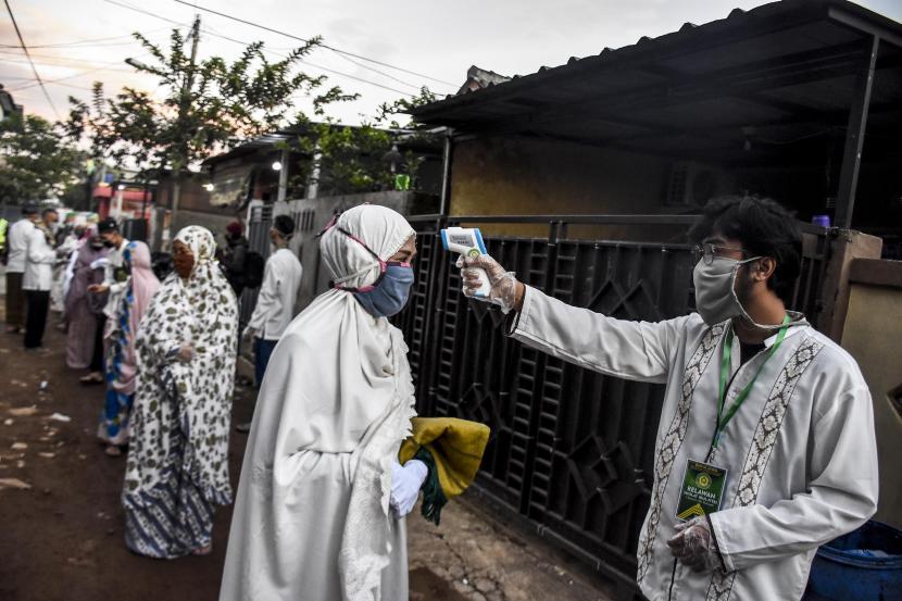 Relawan Dewan Kemakmuran Masjid memeriksa suhu tubuh warga sebelum mengikuti sholat ied. ilustrasi