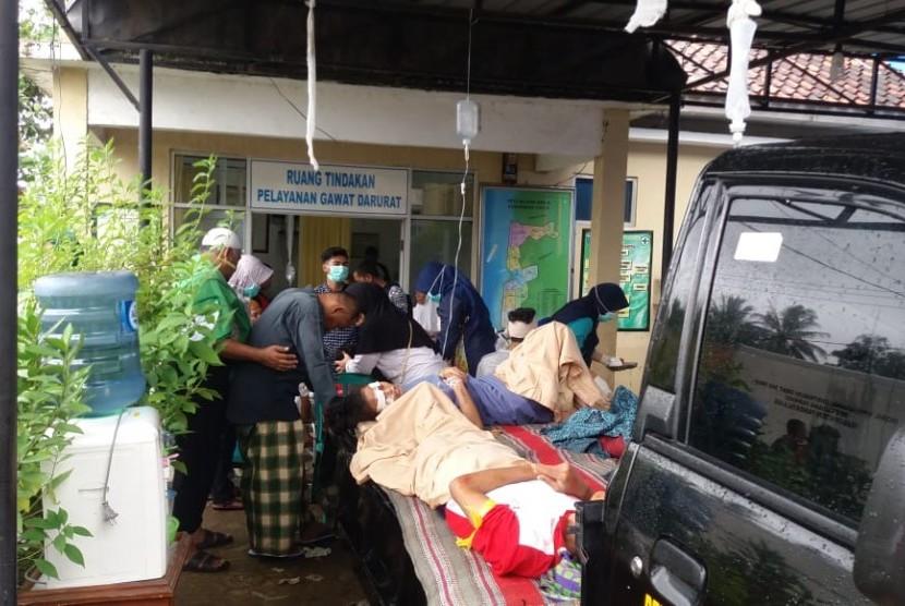 Relawan Dompet Dhuafa membantu korban tsunami di Selat Sunda.