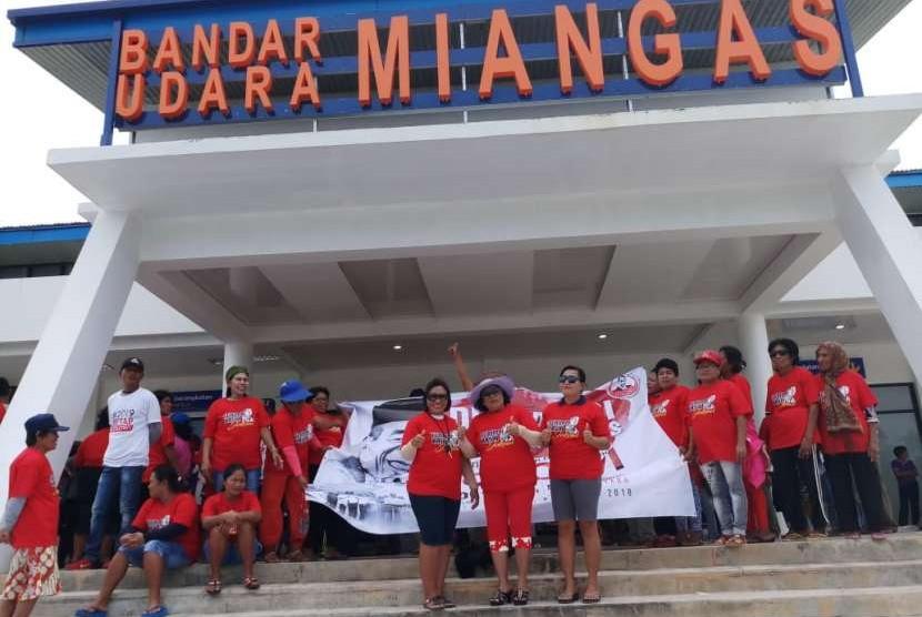 Relawan Jokowi berpose di depan Bandara Miangas.