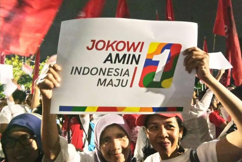 Relawan Jokowi-Ma'ruf meneriakkan yel-yel pasca KPU menetapkan pasangan yang mereka dukung mendapat nomor urut satu.