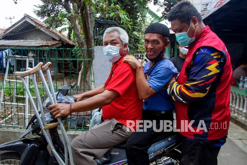 Relawan Karawang Tanggap Peduli mengantar pulang penyandang disabilitas usai menerima suntikan vaksin COVID-19 di Kampung Duren, Klari, Karawang, Jawa Barat (ilustrasi)