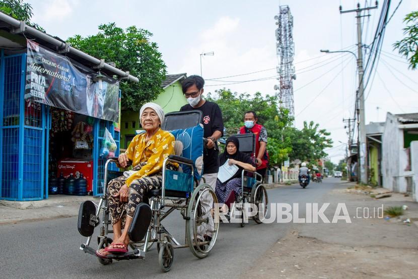 Relawan Karawang Tanggap Peduli menjemput lansia yang mengalami kondisi disabilitas untuk mengikuti vaksinasi COVID-19 di Kampung Duren, Klari, Karawang, Jawa Barat. (ilustrasi)