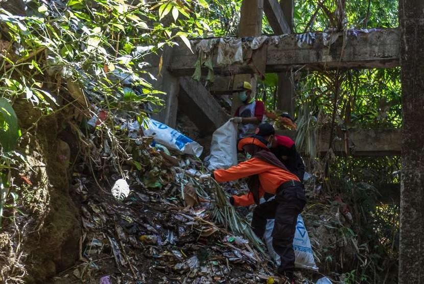 Relawan membersihkan sungai yang bermuara di Rawapening.
