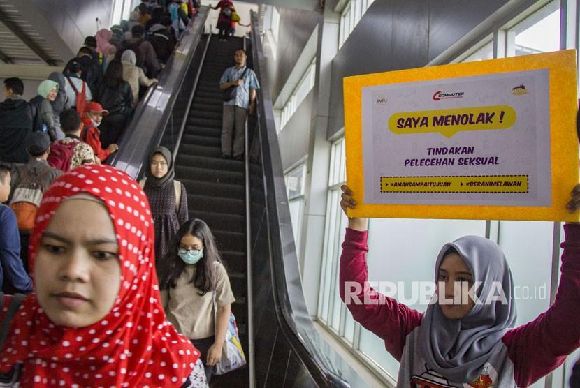 Relawan mengangkat poster ajakan untuk mencegah pelecehan seksual di Stasiun Tanah Abang, Jakarta, Jumat (9/2).