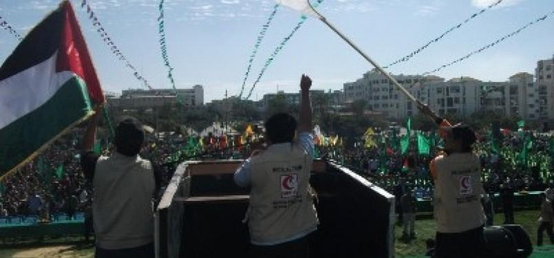 Relawan Mer-C memberikan sambutan di depan puluhan ribu Warga Gaza.